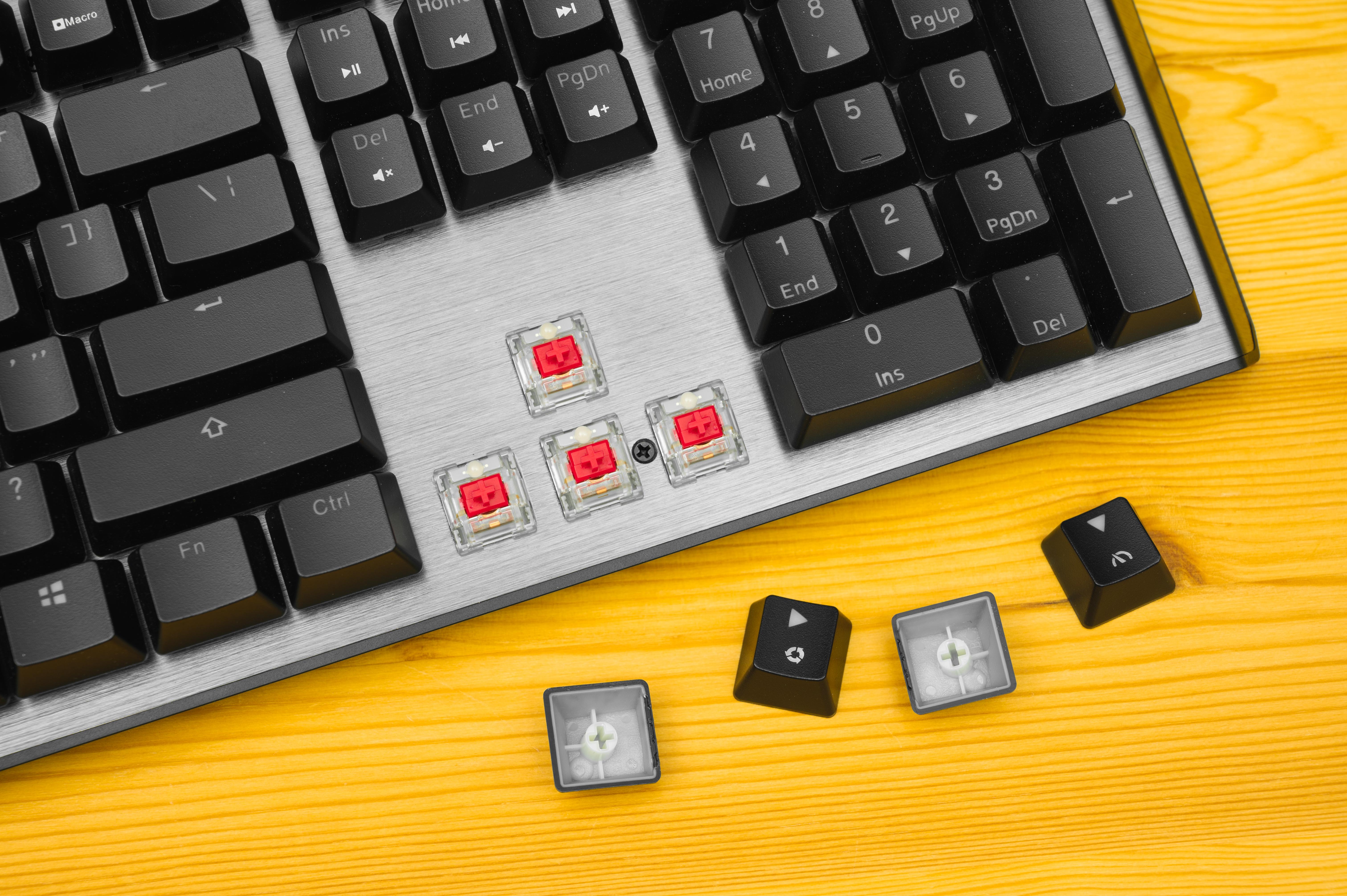 Beeld van de Cooler Master CK550 V2, met daarop de mechanische schakelaars van de pijltjestoetsen ontdaan van hun keycaps.