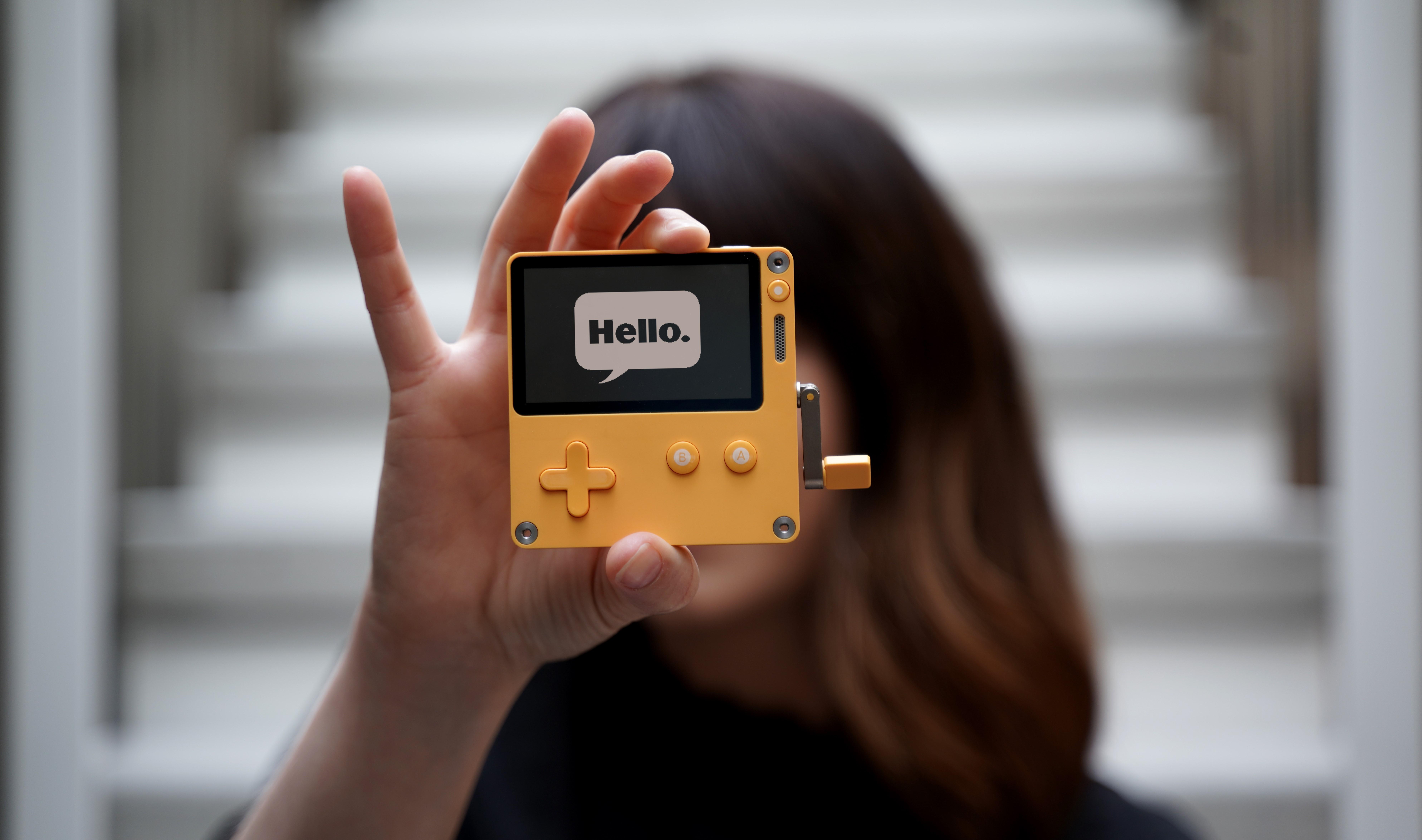 De Playdate wordt opgehouden door een medewerker van Panic Inc. Het is een klein, geel apparaatje met een zwart-witscherm en enkele besturingsknoppen.