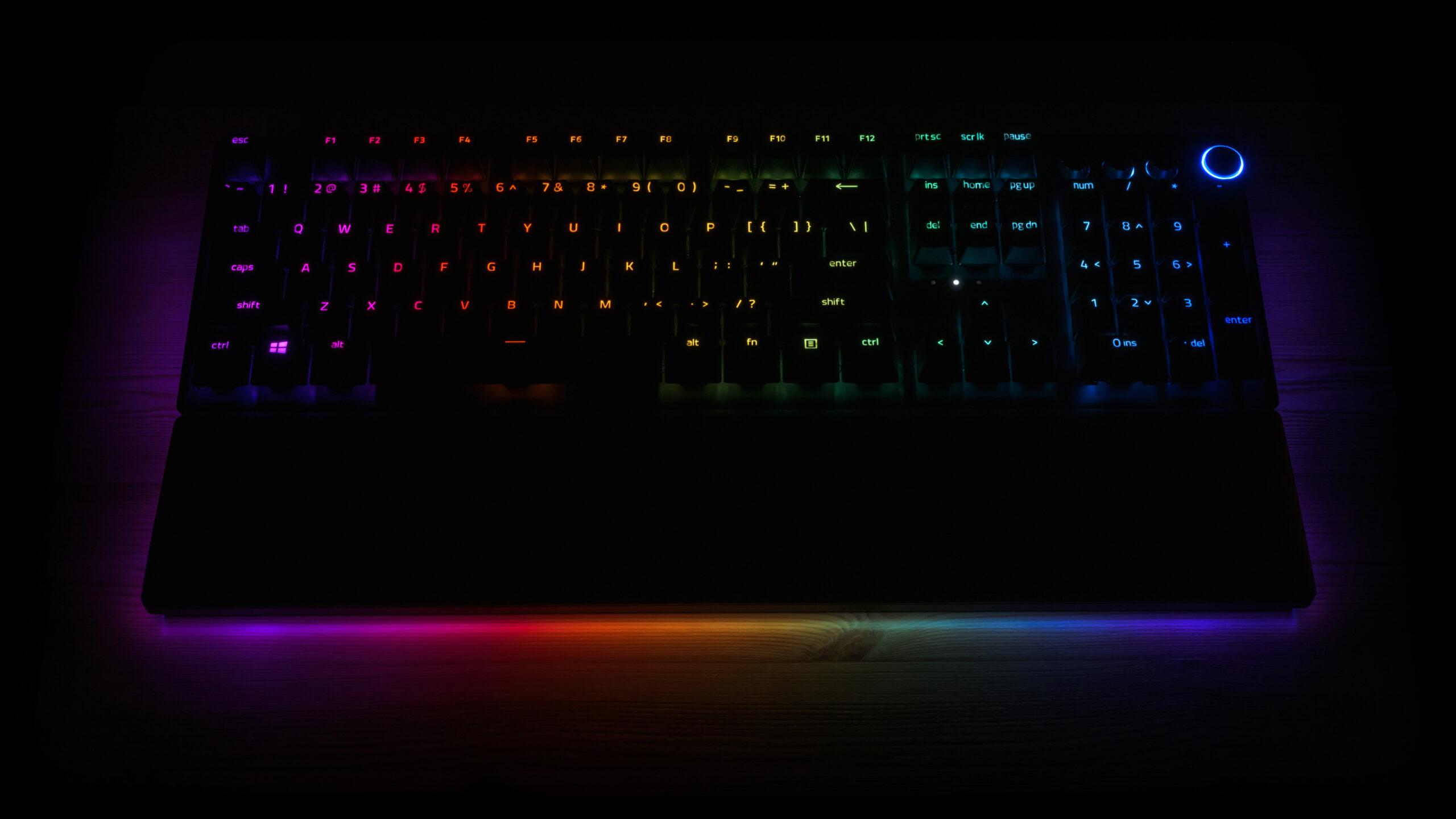 Donkere foto van een Razer-toetsenbord, waarop duidelijk de Razer Chroma RGB-verlichting zichtbaar is.