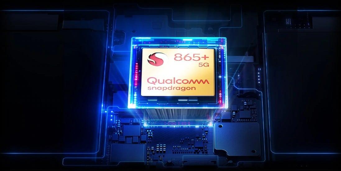 Promotionele afbeelding van de Qualcomm Snapdragon 865+ system-on-a-chip, weergegeven aan de binnenzijde van een gaming smartphone.